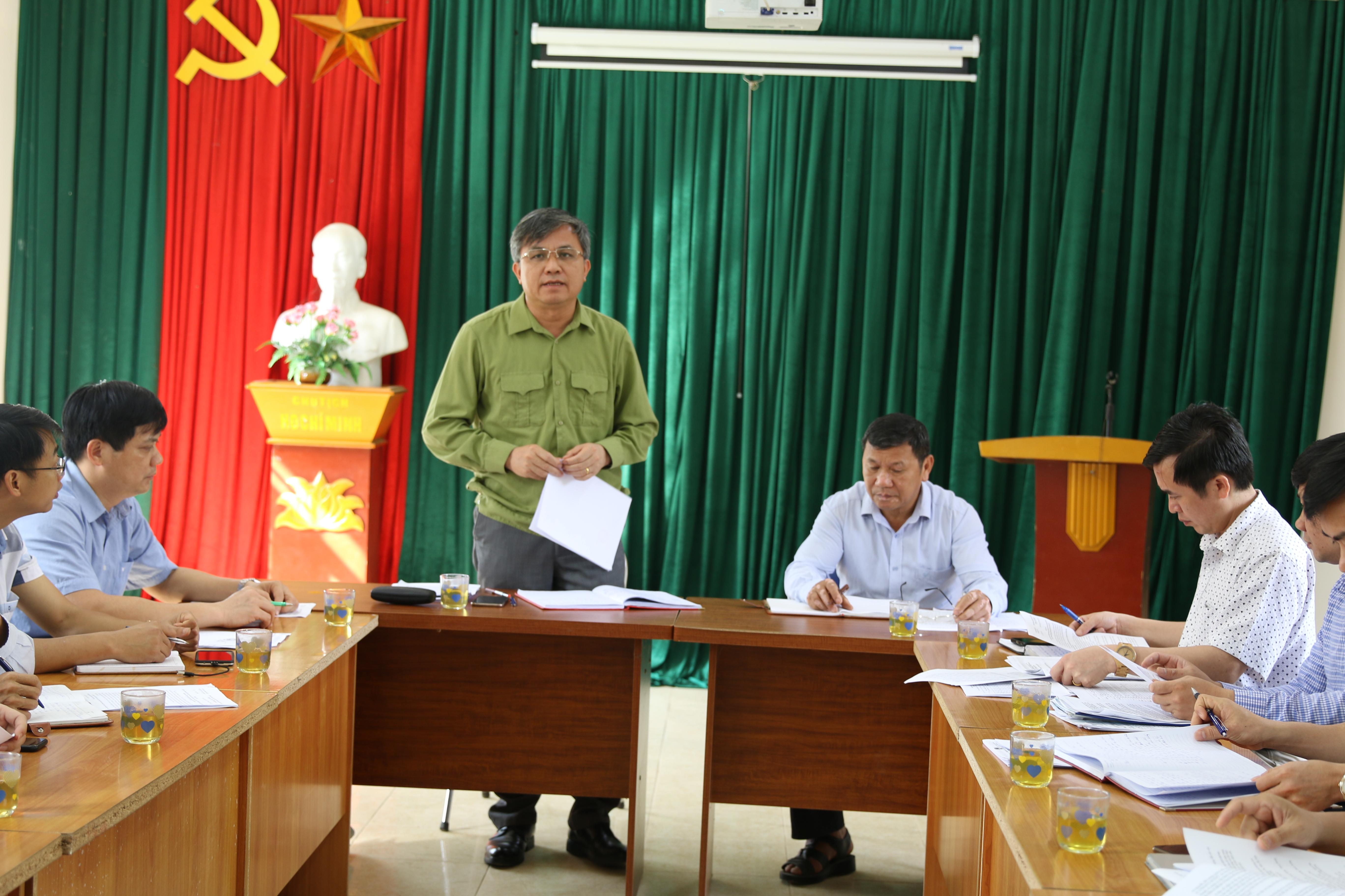 Đồngchí Lò Văn Tiến, Phó Chủ tịch UBND tỉnh kiếm tra tiến độviệc kiểm kê đất đai, lập bản đồ hiện trạng sử dụng đất năm 2019 tại xã Quài Cang.